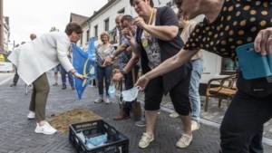 Café in Sittard viert de versoepelingen met ludieke variant op traditioneel 'Maske Begrave'