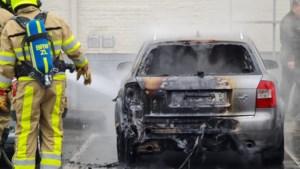 Auto brandt volledig uit op parkeerplaats Kerkrade