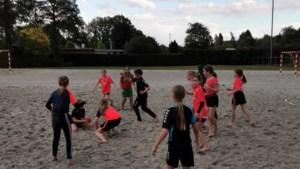 Clinic beachhandbal voor jeugd bij Graaf Huyn in Geleen