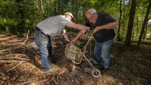 Na eeuwen ontdekte kolossale Romeinse bouwsteen in bos Schaesberg op niet alledaagse wijze veiliggesteld