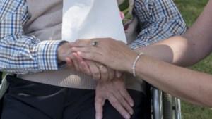 Oudere met verpleeghuiszorg thuis leeft langer dan bewoner verpleeghuis