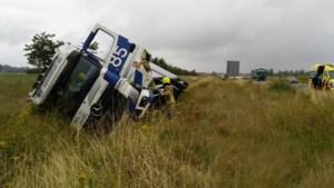 Vrachtauto raakt van de A73 en belandt in berm