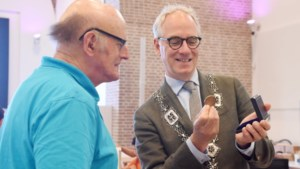 Bronzen waarderingspenning voor Max van de Langenberg van gehandicaptenplatform Venray