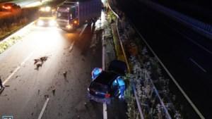 Vrouw verliest macht over stuur en botst tegen vangrail A2; gewond naar ziekenhuis