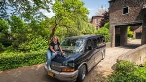 Deze Limburgse vrouwen zijn dol op hun auto: 'In zo'n stoere bus als de A-team rijden, dat leek me wel wat'