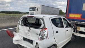 Auto ingeklemd tussen twee vrachtwagens bij ongeluk op A67
