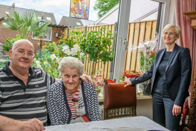 Persoonlijke felicitaties van de burgemeester voor Jacob en Lenie Engels-Baijer uit Kerkrade
