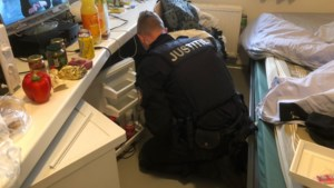 Telefoonspeurhond Truus heeft drie keer beet bij onaangekondigde 'spit-actie' in PI Sittard