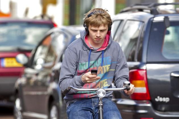 Politie wijst op gebruik mobieltje in verkeer