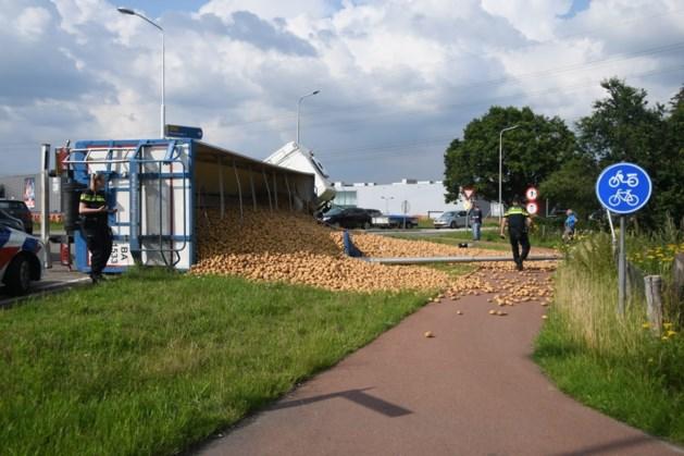 Vrachtwagen met aardappelen kantelt in Oostrum