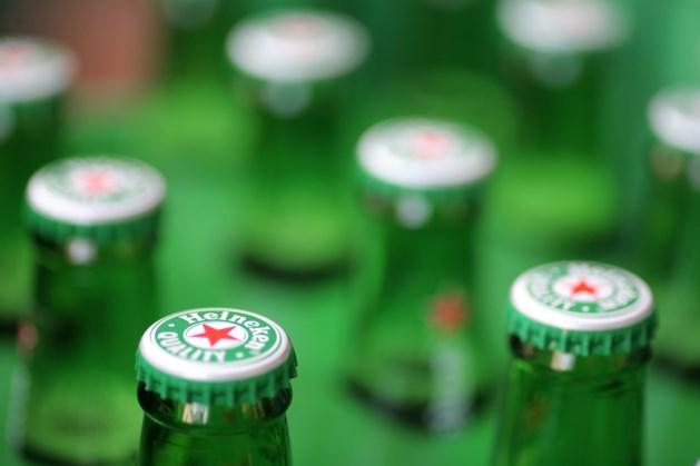 Video: Britten roepen op sociale media op tot boycot na vaccinatiereclame Heineken