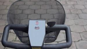 Politie heeft handen vol aan scootmobiel en scooter op A2