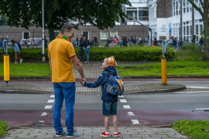 Job (7) uit Maastricht gaat niet met de auto, maar 'Lekker Anders' naar school: 'Te voet, of met de step of bolderkar'