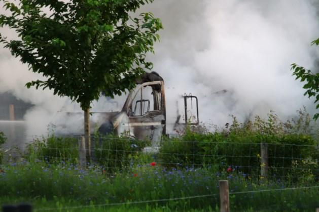 Camper brandt uit op minicamping in Baarlo