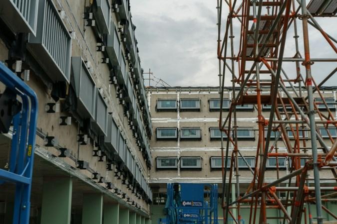 Bij forse verbouwing gevangenis Sittard komt nogal wat kijken: van screening bouwvakkers tot kleur verf van de binnenplaats