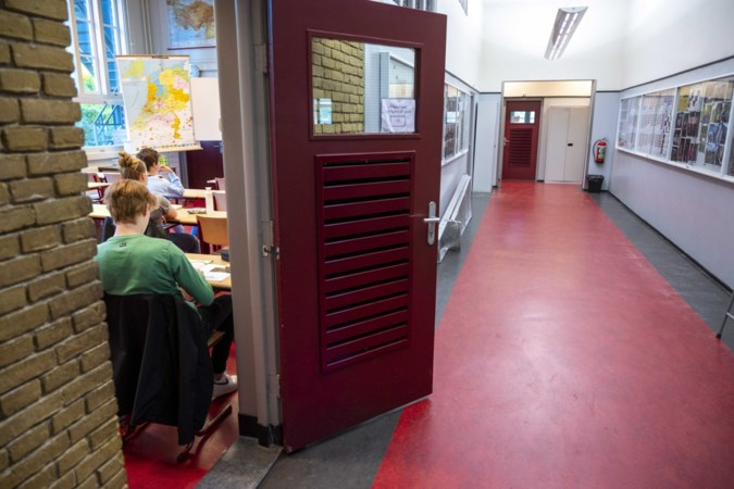 Veel leerlingen negeren zelftesten, Limburgse scholen blijven met enorme voorraden zitten