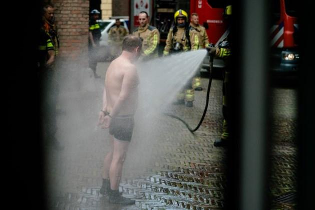 Man die vloeistof over zich gooide op Binnenhof overgedragen aan zorgverleners