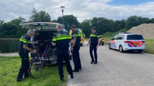 Vrouw zwaargewond naar ziekenhuis na val met fiets