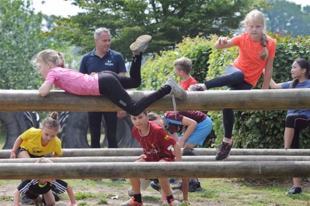 Jeugd fanatiek in actie tijdens Fruity Obstacle Run in Horst