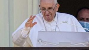 Paus verschijnt voor het eerst sinds operatie in openbaar