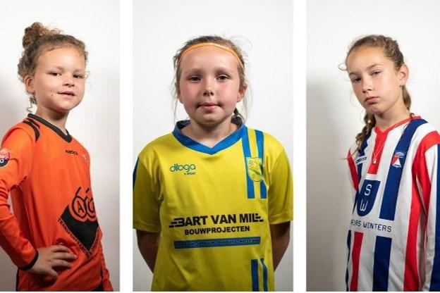 De drie kleine Oranje Leeuwinnen uit Limburg stelen de show: Liv (9), Fiene (7) en Emmeline (10) spelen lookalikes Oranje Leeuwinnen