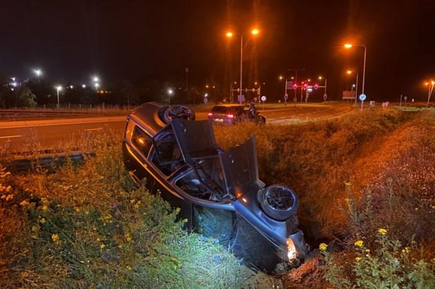 Auto raakt van de weg en belandt op de kop in berm