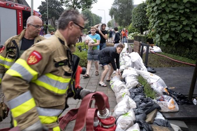 Bewoners slopen stoep in Landgraaf om een dijk te maken: maatregelen tegen water helpen niet