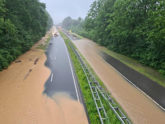 Video: Zware regenval in Parkstad: A79 ondergelopen