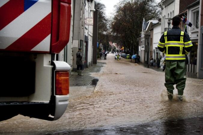 Hoe bereid je je voor op zware regen: zandzakken, schone dakgoten en de auto op de handrem