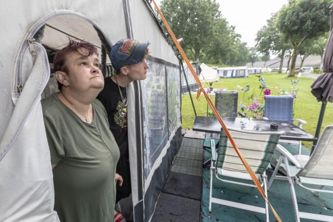 Kamperen in Limburg tijdens de 'regendriedaagse': klompen dragen op het natte gras