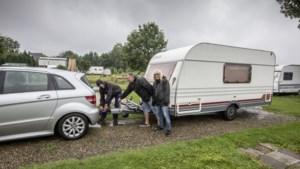 Campinghouders De Weerd bij Roermond slaan alarm: tientallen kampeerders moeten hun caravans weghalen vanwege hoogwater