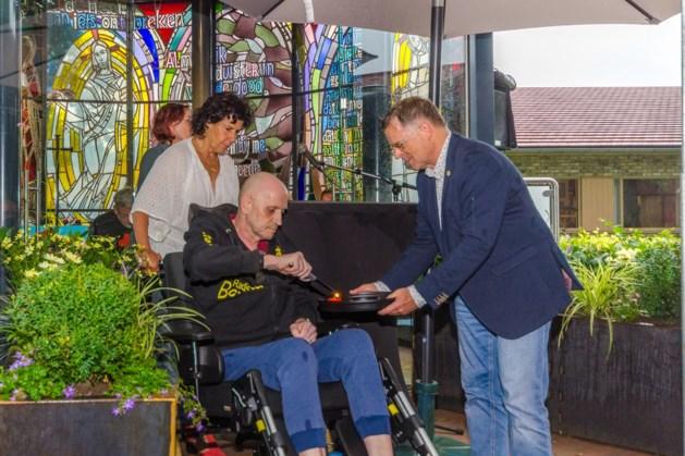 Kaarsenkapel op terrein voormalig verpleeghuis Sint Camillus in stromende regen officieel geopend en ingezegend