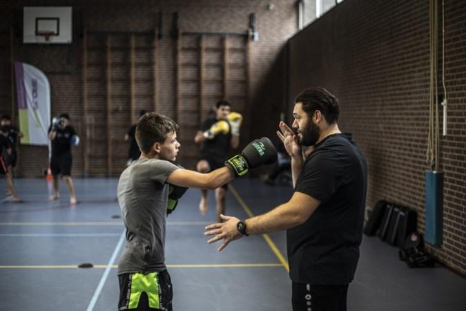 Goedgemutste kickbokskampioen traint jongeren in Lindenheuvel: 'Alles goed boys? Sorry dat ik wat laat ben'