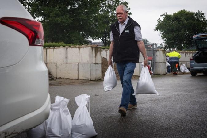Run op zandzakken in Beek voor verwacht noodweer: 'Hopelijk helpt dit om het water buiten te houden'