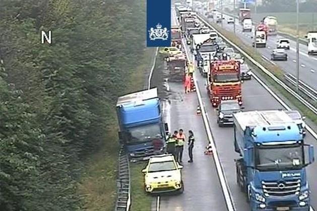 Vrachtwagen botst tegen vangrail op A2 bij Roosteren: file