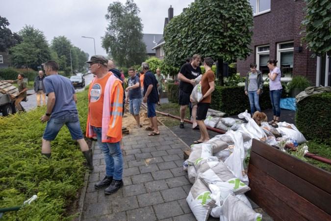 Dompelpompen, regenpakken en dekzeilen vliegen in Zuid-Limburg als warme broodjes over de toonbank