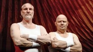 Peter Blok en Bas Hoeflaak hannesen met elkaar op krap plankje in de nok van het circus in komedie 'Trapeze'