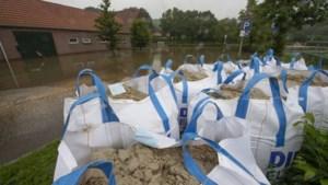 Woest kolkende Geleenbeek maakt van ondergelopen manege in Geleen 'de hel op aarde': ruim 100 paarden geëvacueerd