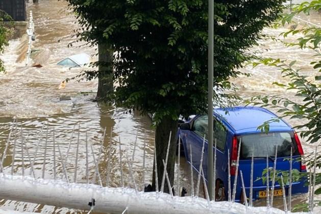 Brug in centrum Valkenburg ingestort, auto's verdwijnen in water