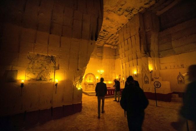 Vrijwilligers reconstrueren kapel uit Napoleontische tijd in grotten van Kanne