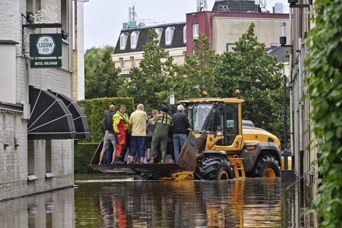 Ongelooflijke beelden uit Valkenburg: mensen geëvacueerd met shovel, militairen springen bij