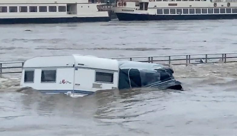 Video: Caravans drijven over de camping, eentje verdwijnt met voortent en al in de Maas