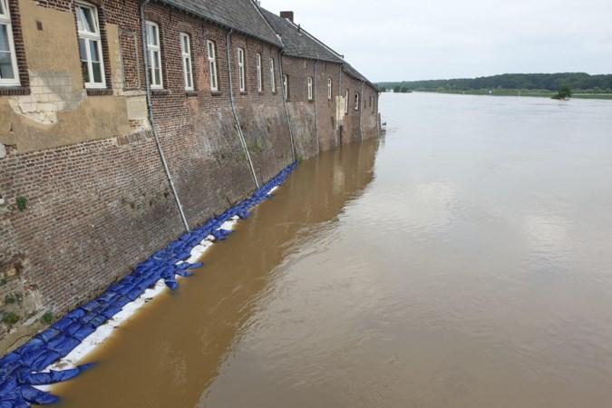 In Kessel staat de Maasboulevard onder water en worden de oldtimers in veiligheid gebracht