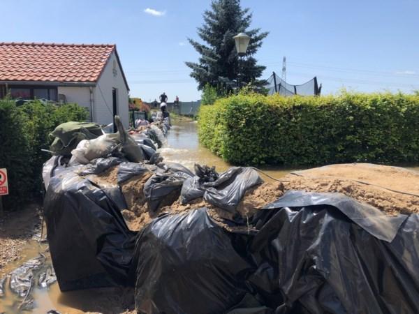 Burgemeester Venlo verlaat de vergadertafel even om het rampgebied te bezoeken: 'Dit komt enorm binnen'