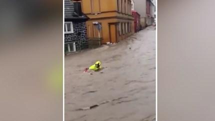 Video: Omstanders redden het leven van Duitse brandweerman