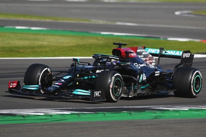 Lewis Hamilton rijdt Max Verstappen van de baan en wint daarna Grand Prix van Silverstone