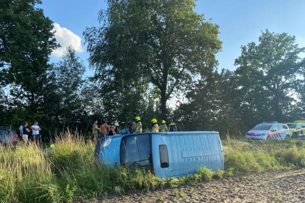 Passagier onwel, personenbusje belandt op z'n kant naast de weg