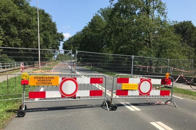 Wegverzakking op Rijksweg N271 bij Reuver: weg in beide richtingen dicht