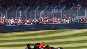 Max Verstappen het snelste in tweede vrije training, Lewis Hamilton achtste