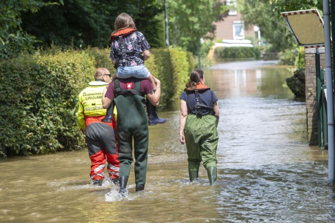 Reddingsbrigade Roermond vaart bewoners naar hun ondergelopen huizen